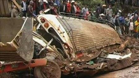 В Индии в ущелье рухнул трактор с паломниками, пострадали более 50 человек. 15 паломников погибли на месте. Еще трое умерли в больнице