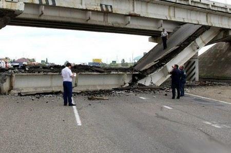 В Китайском городе Харбин обрушился автомобильный мост Янгмингтан. Три человека погибли, еще пятеро получили ранения.