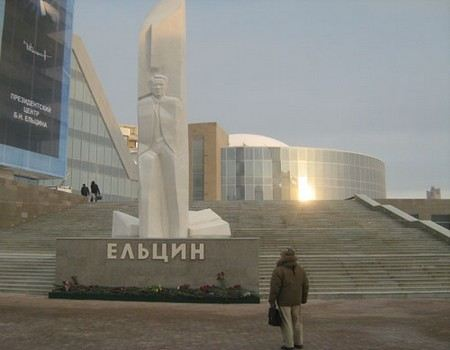 Sculptor Georgy Frangulyan forbade washing monument to Yeltsin, who was desecrated by vandals.