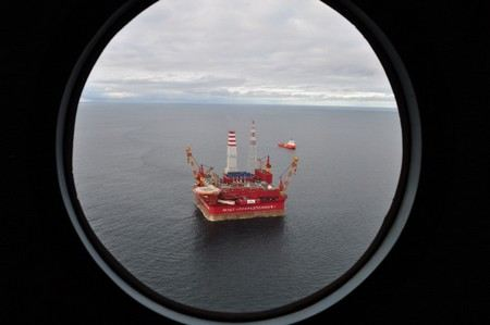 """Greenpeace environmentalists, who seized an oil-producing platform in the Pechora Sea, are trying to remove the military from the platform. Two military helicopters have already gone to the """"Prirazlomnaya"""""""