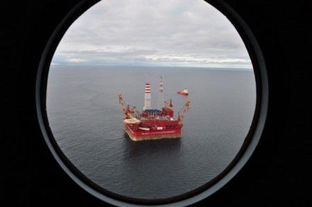 Экологов Гринпис, захвативших нефтедобывающую платформу в Печорском море, пытаются снять с платформы военные. Два военных вертолета уже отправились к «Приразломной»