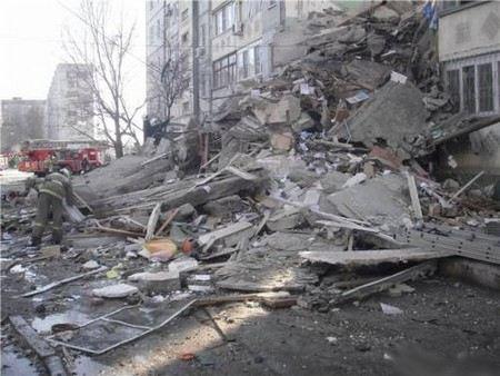 В городе Северодвинск Архангельской области в пятиэтажке рухнул целый подъезд. Дом давно был признан аварийным.