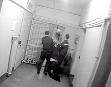 Избитого до смерти Руслана Баранова тащат в медицинский кабинет Ягульского изолятора