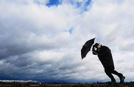 Во всех областях Украины объявлено штормовое предупреждение. В стране ожидают паводки, ливни, град и ураганы.