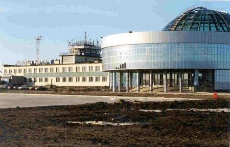 В ЯНАО в аэропорту Ноябрьска самолет на 15 метров выкатился за пределы полосы