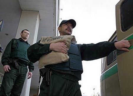 В Москве продолжаются поиски преступников, которые пряча лица за медицинскими масками и капюшонами похитили 20 млн рублей