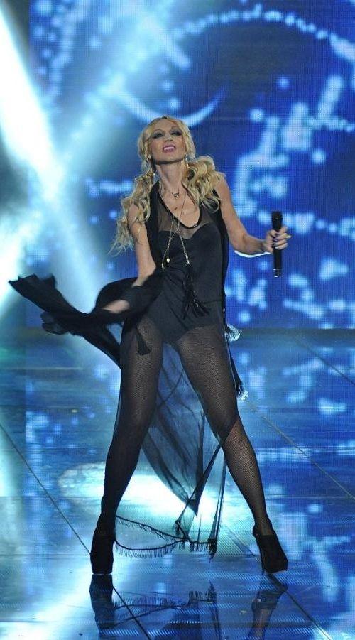 Кристина Орбакайте вышла на сцену в откровенном наряде