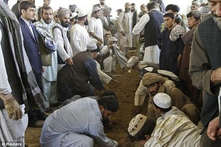В Афганистане при взрыве на похоронах погибли 25 человек.