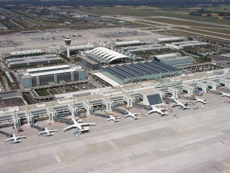 В Европе возобновили работу два из трех аэропортов, где сегодня бастовали бортпроводники компании Lufthansa. Забастовка продолжается в Мюнхене