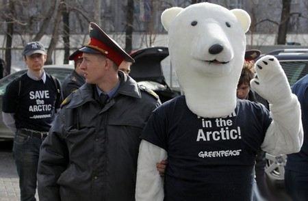 Представители «Гринпис» провели акцию протеста перед офисом «Газпрома» в костюмах и масках. Полиция задержала экологов.