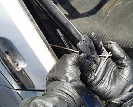 В Уфе полицейские задержали автомобильного вора, который уснул у ограбленной машины.
