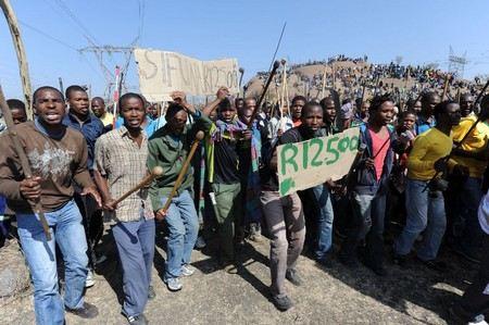 Забастовка на платиновом руднике в ЮАР переросла в массовые беспорядки