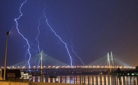 В Санкт-Петербурге сегодня ночью прошла сильная гроза.