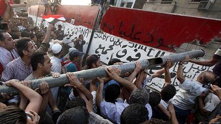 В Каире после акций протеста у здания дипмиссии США начали воздвигать бетонную стену.