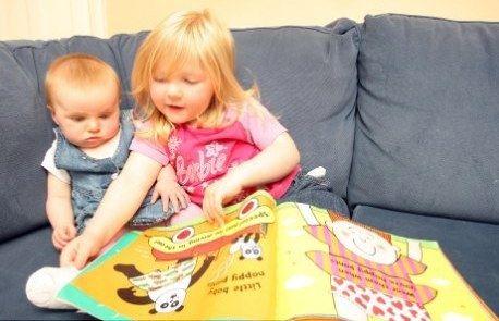 Саффрон Пледжер читает сказки своей младшей сестренке