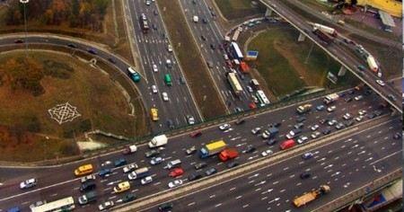 Ограничение на движение грузовиков на МКАД введут уже в начале 2013 года. Сначала - в дневное время и для транзитного транспорта