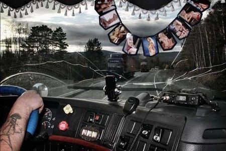 Видео о том, как дальнобойщики избили вымогателей на трассе и перевернули их машину набирает все большую популярность.