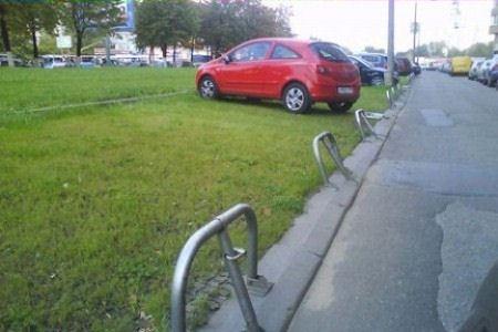 Георгий Полтавченко предложил смягчить штраф за парковку машин на газонах