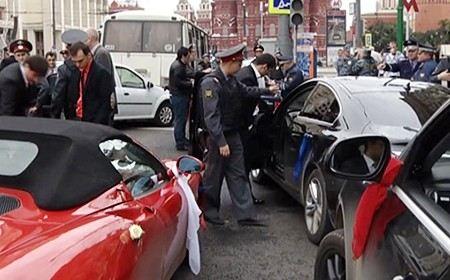 Происшествием со свадебным кортежем и стрельбой в Москве заинтересовался мэр Сергей Собянин.