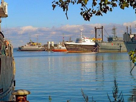 Госнарконтроль и ФСБ в Ленинградской области провели рейд на 7 кораблях Министерства обороны. На судах был найден гашиш, весы и приспособления для употребления наркотиков.