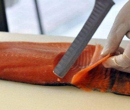 В Голландии копченым лососем от производителя Foppen из Норвегии отравились около 200 человек.