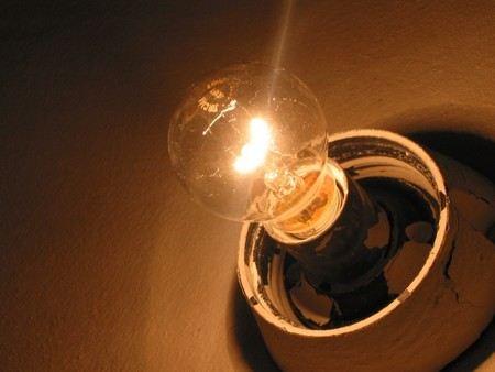 Российские энергетические компании предлагают ужесточить наказание для тех, кто не платит за свет и другие коммунальные услуги.