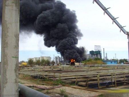 В Саратове произошел пожар на нефте-перерабатывающем заводе ТНК. Площадь пожара составила 100 квадратных метров.