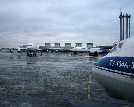 В аэропорту Санкт-Петербурга Пулково задержаны трое мужчин, которые работали в ремонтной компании и воровали запчасти от вертолетов.