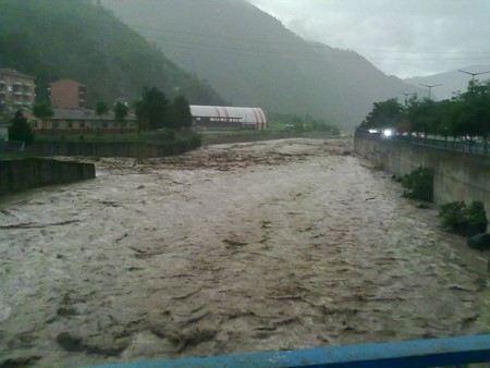 На юге Китая в провинции Юньнань в деревне Чжэньхэ найдены тела 18 детей, оказались заблокированы в школе и погибли под потоками оползня.