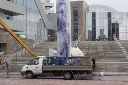 В Екатеринбурге завершены восстановительные работы над памятником Борису Ельцину, который вандалы облили чернилами. Кроме того, памятник взят под круглосуточную охрану.