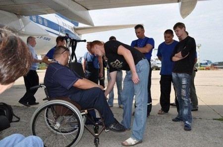Инвалиды-колясочники, которых не взяли на борт авиакомпании AirBerlin аэропорту Домодедово намерены обратиться в суд и отсудить деньги за моральный ущерб