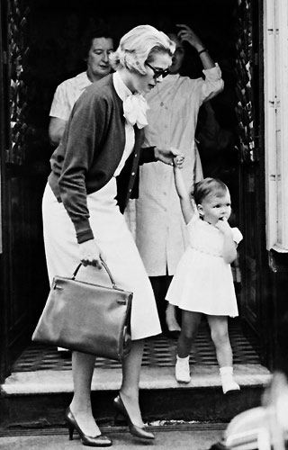 Роскошная и элегантная принцесса Монако, любимая актриса Альфреда Хичкока, которую он снимал в главных ролях своих картин, - Грейс Келли, известная как Принцесса Грейс, - повсюду появлялась с сумкой от Hermes под названием Kelly Bag