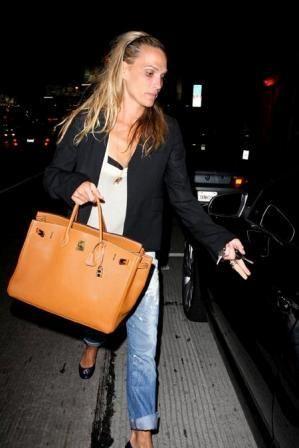 Звезда сериала Лас-Вегас, рекламирующая купальники, модель Молли Симс предпочитает классическую сумку Birkin от Hermes самого классического оранжевого цвета