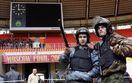Матч футбольных сборных России и Португалии, который пройдет сегодня в Москве на стадионе Лужники, будут охранять 3,5 тысяч полицейских.