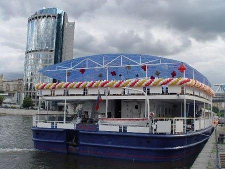 Наркополицейские устроили рейд на теплоходе «РИО-1» на Москва-реке, где отдыхала «Золотая молодежь». Изъято более 50 свертков с наркотиками.