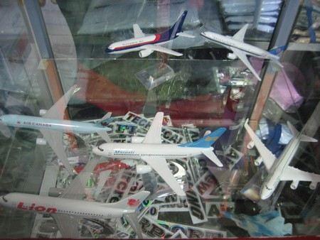 В Индонезии пилота самолета уволили за то, что он перепутал самолеты при посадке.