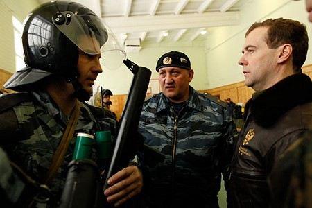 Владимир Путин сегодня отправил в отставку генерал-майора МВД Александра Иванина за то, что он в пьяном виде избил двух командиров ОМОНа в санатории.