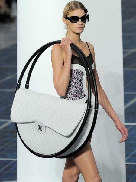 Девушка с новой сумкой