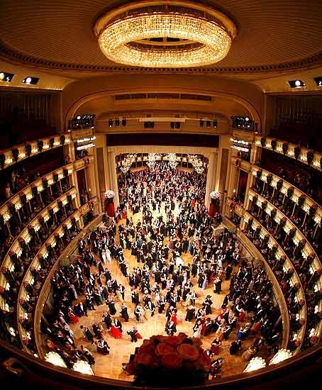 В Венской опере проводят ежегодно всемирно известные Оперные балы
