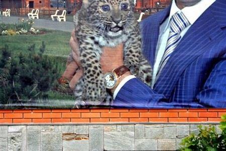 В Удмуртии на плакате с президентом Волковым переклеили дорогие часы на дешевые.