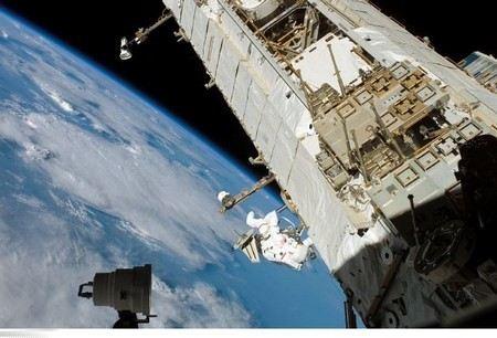 Обломки разрушившегося на орбите разгонного блока «Бриз-М» угрожают МКС и другим космическим аппаратам.
