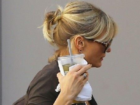 Актриса Камерон Диаз показала папарацци оскорбительный жест.