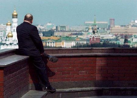 Вице-премьер Владислав Сурков заявил, что не надо превращать чиновников в лишенцев и пообещал повысить им зарплату.