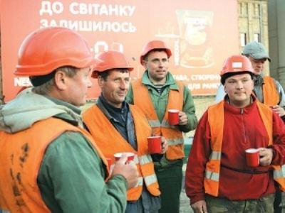 Рабочие встречают день с чашкой кофе