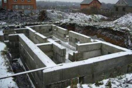 Ленточные фундаменты представляют собой монолитную неразрывную бетонную стену, равномерно нагруженную стенами здания.