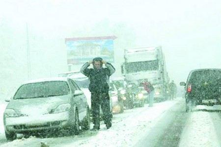 На Москву обрушился первый сильный снегопад.