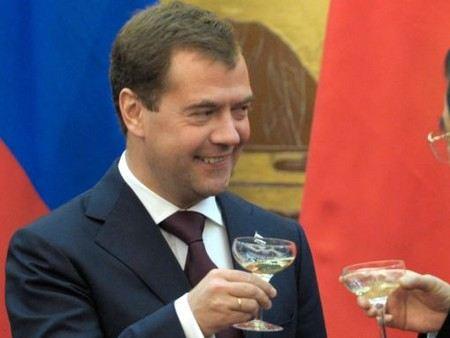 Дмитрию Медведеву в Череповце шампанское поднести до подписания важных документов.