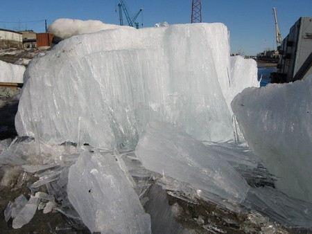 В Енисее теплоход СТ-301 оказался в ледовом плену.
