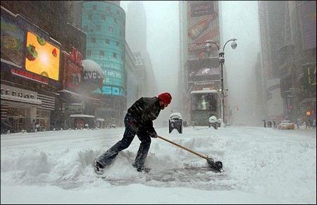 На Нью-Йорк обрушился новый ураган «Носистер». Снегопад продолжается уже сутки, началась эвакуация прибрежных районов.