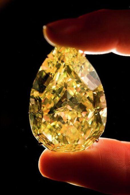 Желтый бриллиант Капля Солнца в 110,3 карата - один из самых крупных в мире - был найден в Южной Африке в 2010 году, за него заплатили почти 11 миллионов долларов, что стало самой высокой ценой за желтый бриллиант